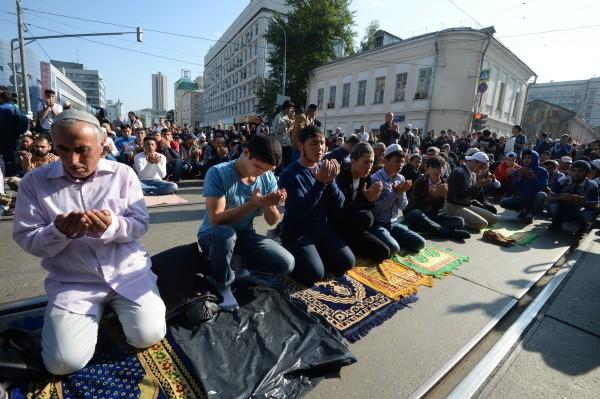 Мусульмане на одной из улиц у соборной мечети в Москве