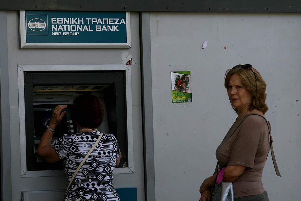 Жители Греции у банкомата