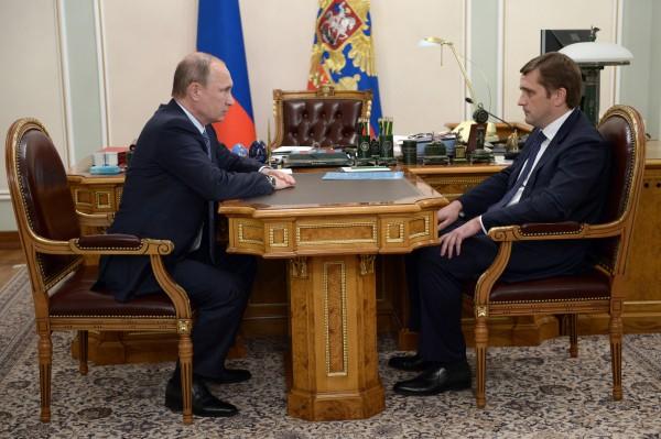 Президент России Владимир Путин и заместитель министра сельского хозяйства, глава федерального агентства по рыболовству Илья Шестаков во время рабочей встречи