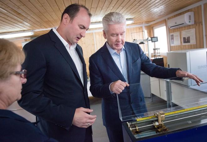 Сергей Собянин во время посещения асфальтобетонных заводов