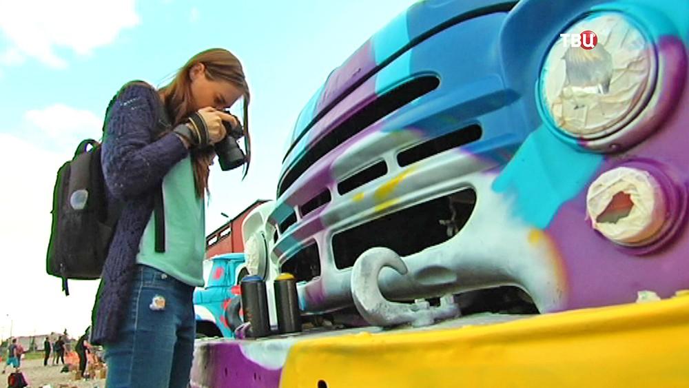 """Мастера граффитри разрисовали грузовики """"ЗИЛы"""""""