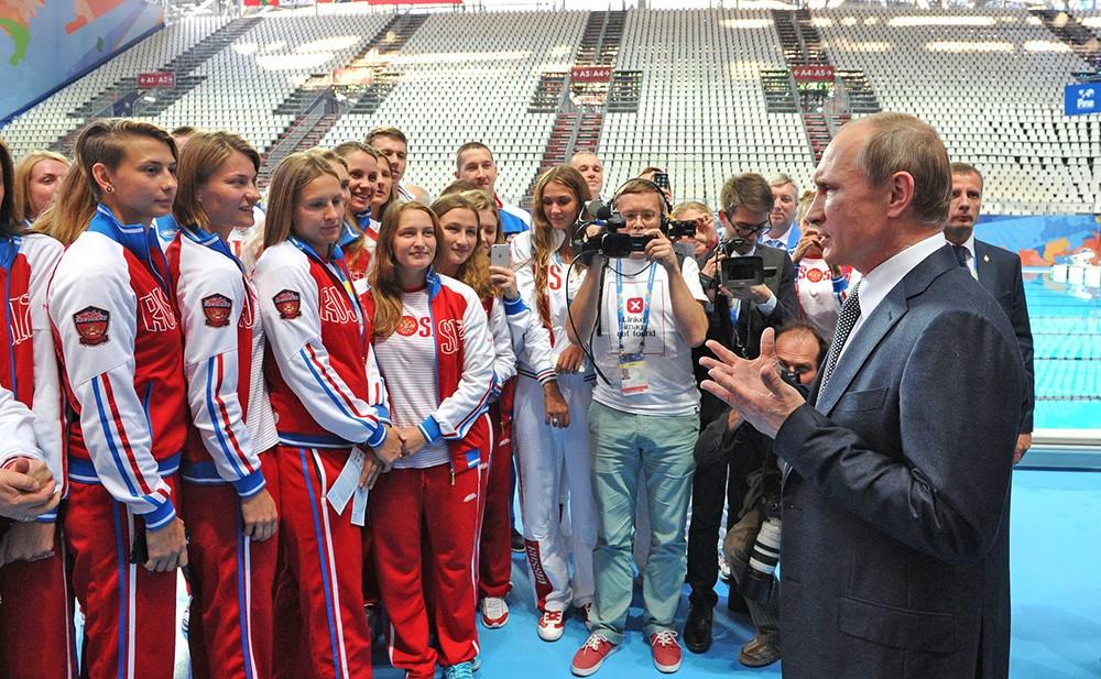 Президент России Владимир Путин и члены сборной команды России, участвующие в чемпионате мира по водным видам спорта