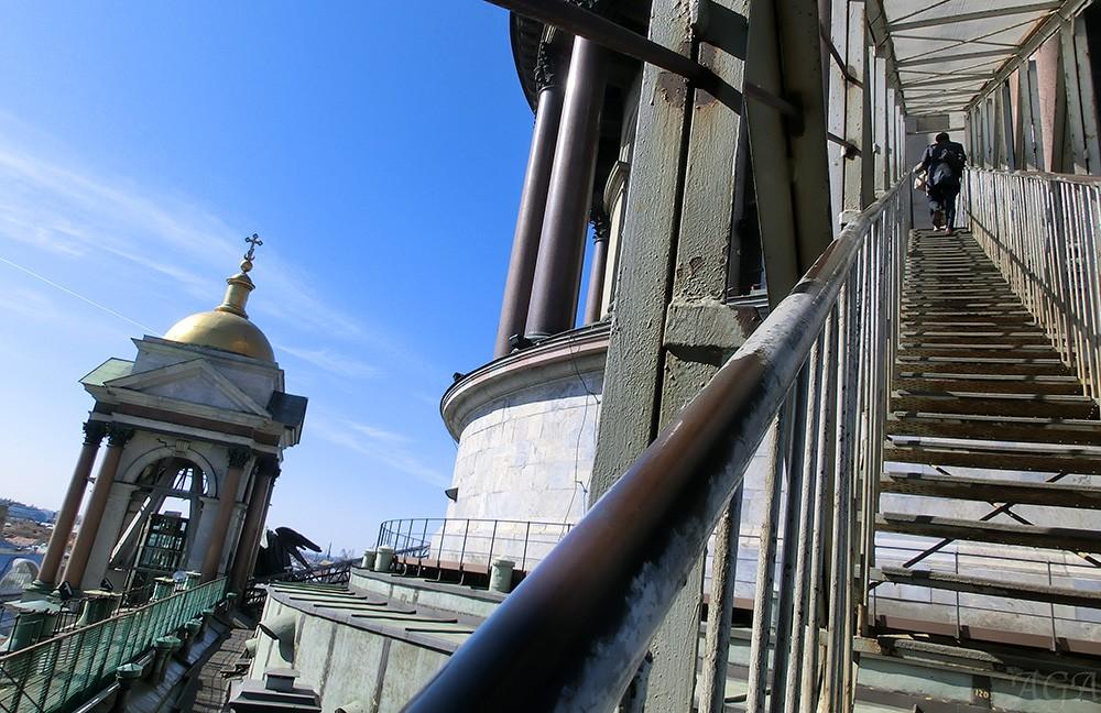 Лестница на смотровую площадку Исаакиевского собора в Санкт-Петербурге