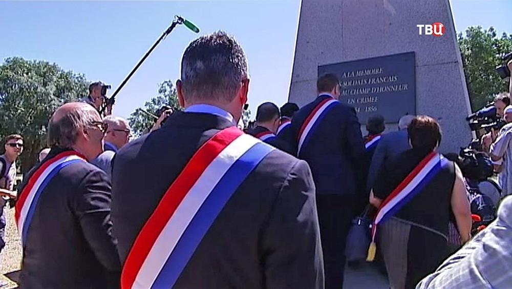 Французская делегация посетила воинский мемориал в Крыму