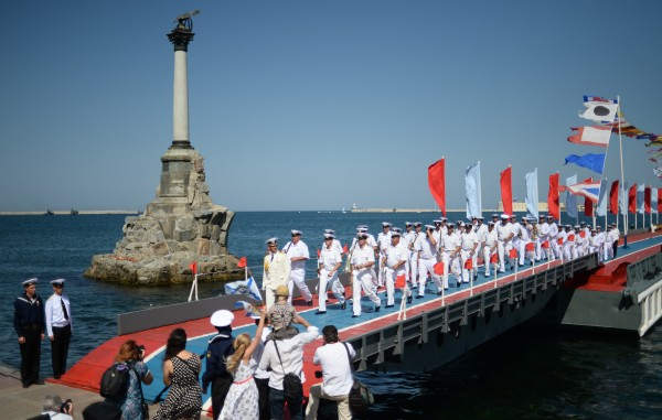 Моряки Черноморского флота во время празднования Дня Военно-морского флота России в Севастополе