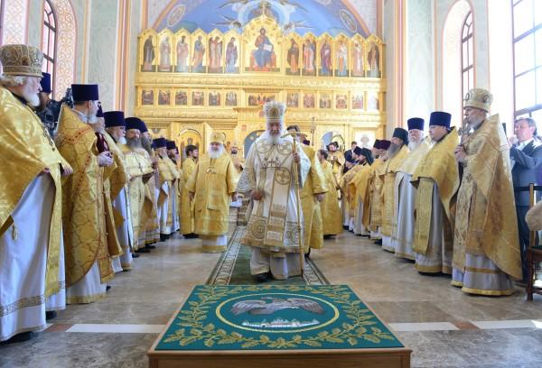 Патриарх Московский и всея Руси Кирилл во время освящения храма святого равноапостольного князя Владимира в Москве