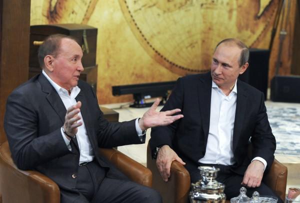 Президент России Владимир Путин и президент Международного союза КВН Александр Масляков