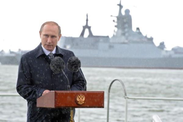 Президент России Владимир Путин выступает во время праздничных мероприятий к Дню Военно-морского флота на набережной Балтийска