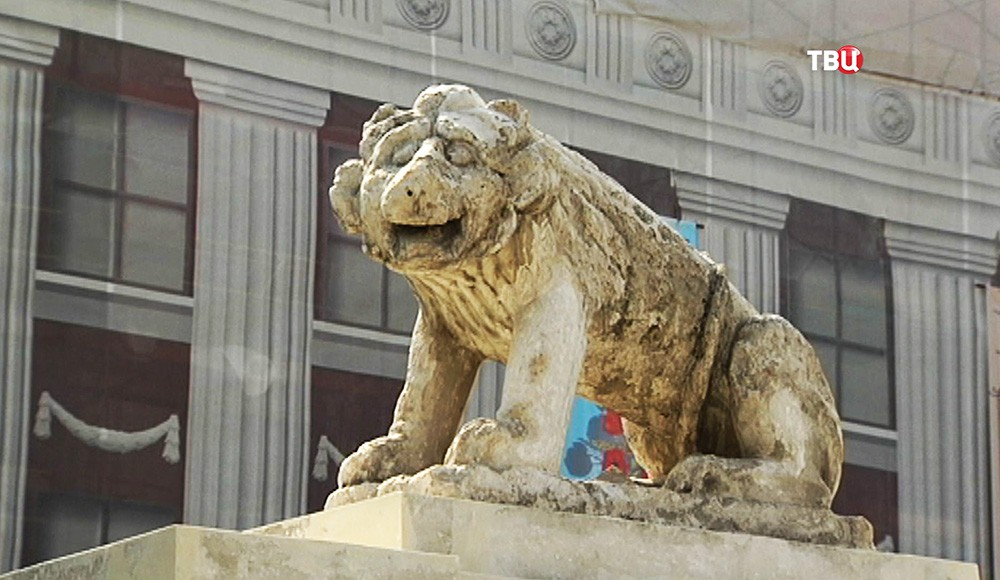 Львы на ограде Музея современной истории России