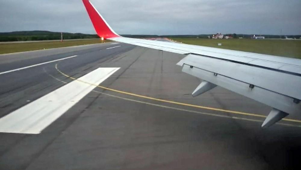Самолёт на взлётной полосе аэродрома