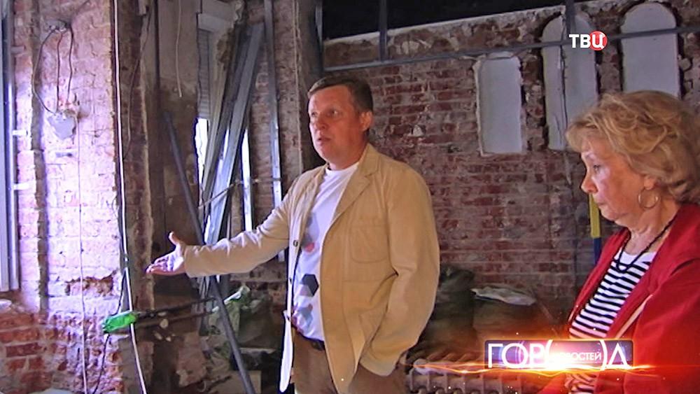 Жители осматривают незаконную перепланировку в старинном доме