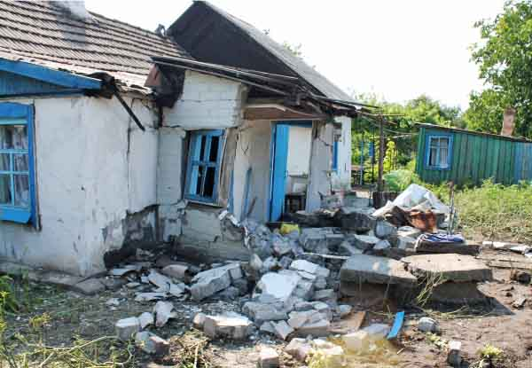 Последствия обстрела жилых кварталов в Донбассе