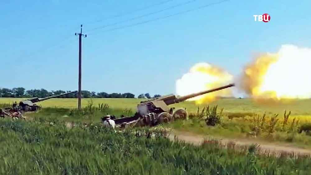 Украинские военные ведут огонь в Донбассе