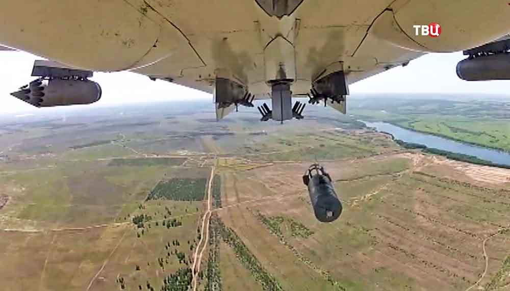 Военный самолёт проводит бомбардировку