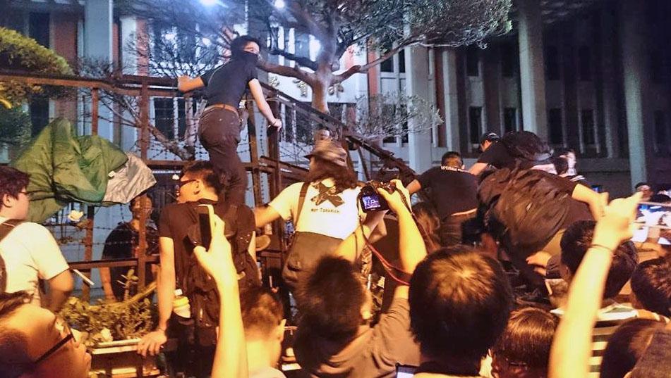 Студенты штурмуют здания Минобразования в Тайване