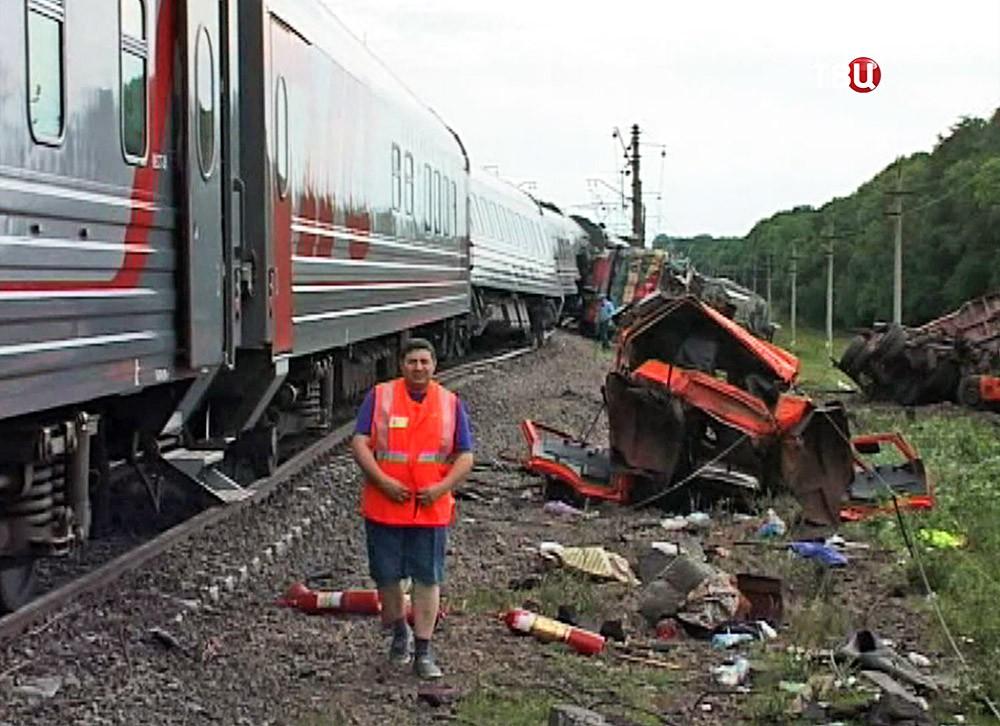 Последствия столкновения поезда с КамАЗом на железной дороге