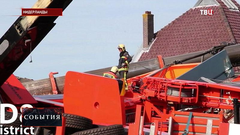 Спасатели на месте аварии в Нидерландах