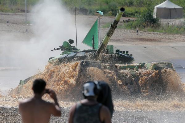 Участники индивидуальной гонки соревнований по танковому биатлону