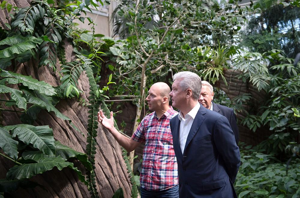 Мэр Москвы Сергей Собянин во время посещения Центрального ботанического сада
