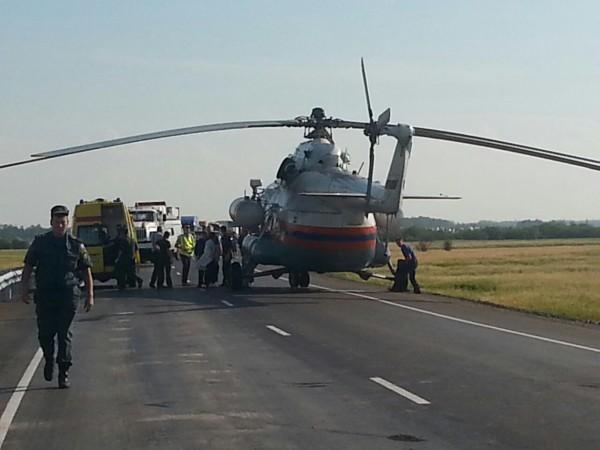 Сотрудники МЧС России работают на месте ДТП на трассе Хабаровск-Комсомольск-на-Амуре
