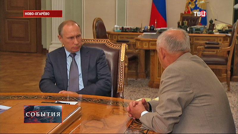 Владимир Путин и генеральный директор Александр Румянцев
