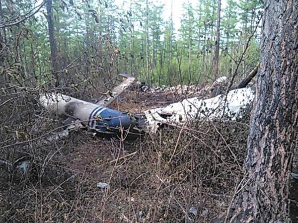 Фрагменты вертолета Ми-8 на месте крушения
