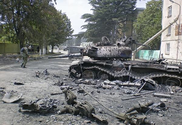 Разбитая боевая техника в городе Цхинвали
