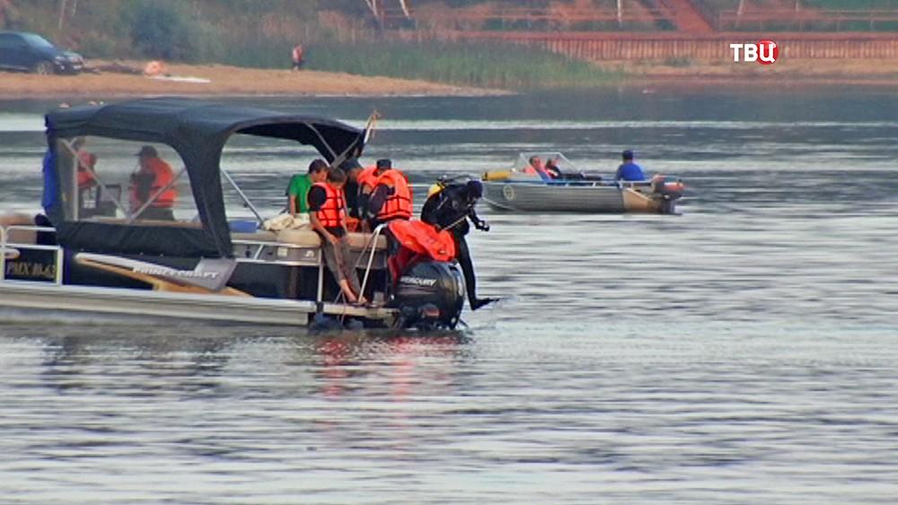 Спасатели МЧС на месте авиакатастрофы на Истринском водохранилище