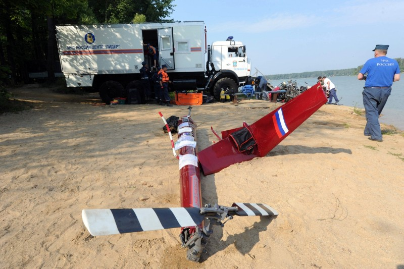 Спасатели МЧС изучают детали разбившегося вертолета