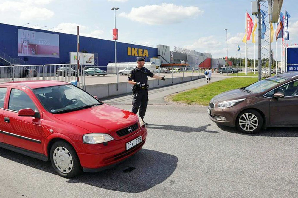 Полицейское оцепление возле магазине IKEA в Швеции