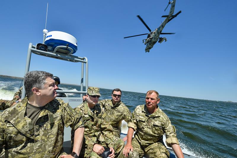 Президент Украины Пётр Порошенко посетил войсковые учения
