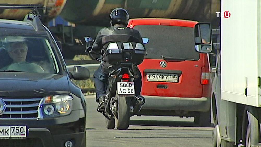 Мотоциклист в потоке машин