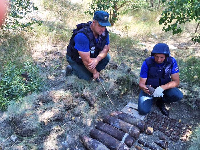 Взрывотехники разминируют найденные снаряды