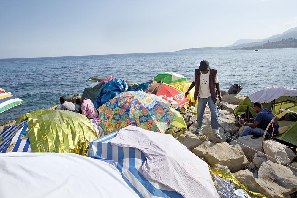 Палаточный лагерь нелегальных мигрантов в Италии