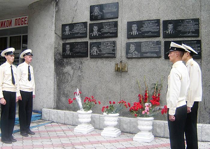 """Почетный караул у мемориала памяти атомному подводному ракетному крейсеру """"Курск"""""""