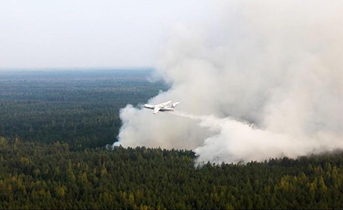Самолёт Ил-76 принимает участие в тушении лесных пожаров
