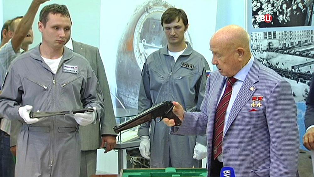 Алексей Леонов держит пистолет для космонавтов