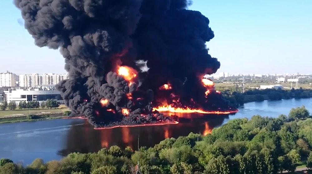 Горение нефтепродуктов на Москве-реке