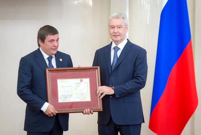 Мэр Москвы Сергей Собянин на вручении разрешения на осуществление таксомоторной деятельности в столице