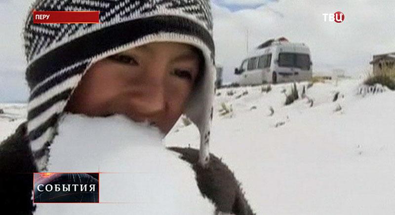 Мальчик пробует снег на вкус