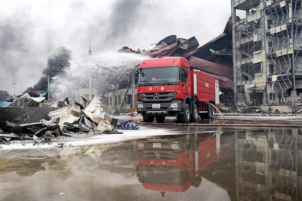 Китайские пожарные работают на месте взрыва
