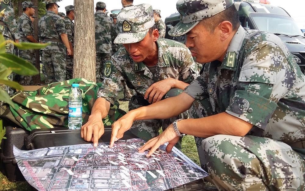 Китайские военные изучают карту ЧП