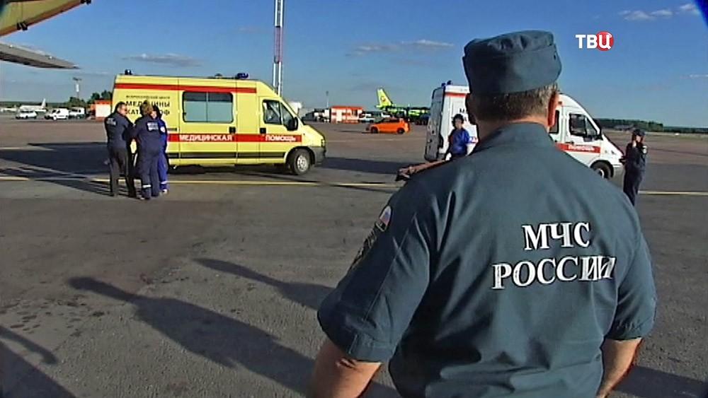 Спецборт МЧС и машины скорой помощи
