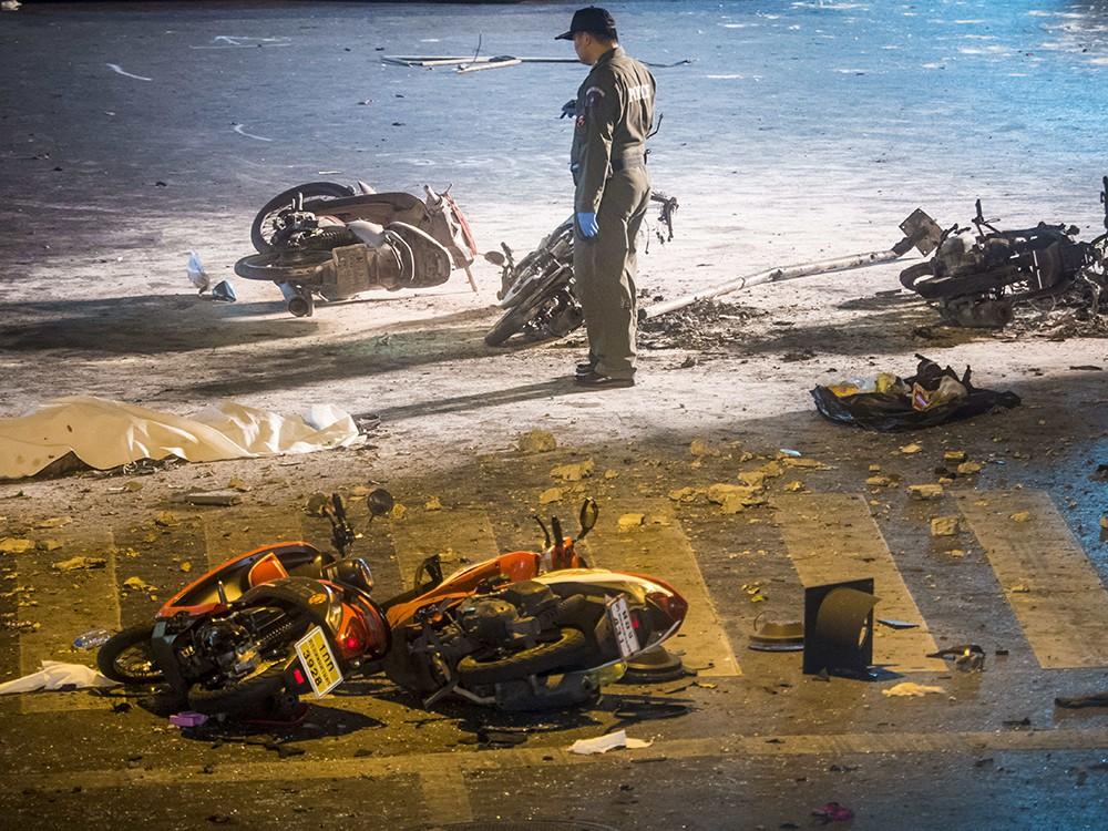 Эксперты полиции на месте взрыва в Бангкоке
