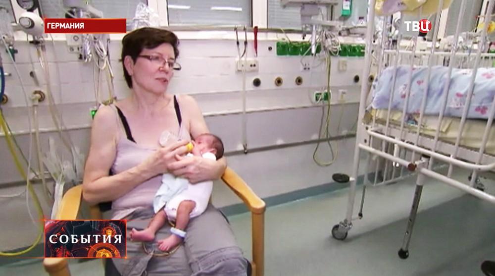 Аннегрет Рауниг с новорожденным ребенком