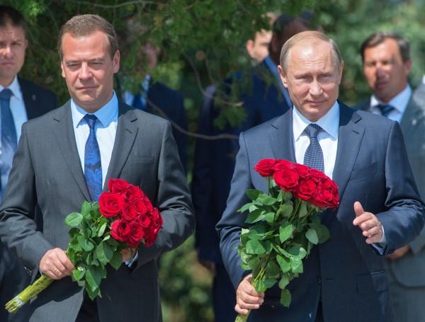 Владимир Путин и Дмитрий Медведев возлагают цветы к вечному огню Доблести и славы поколений на мемориальном комплексе Малахов курган