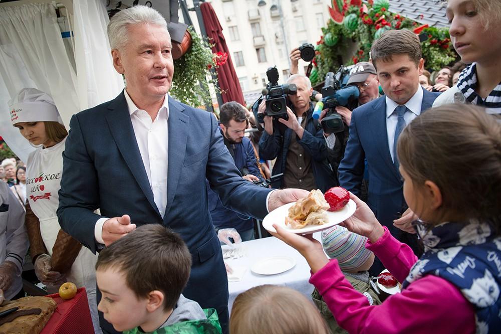 Сергей Собянин угощает детей пирогом