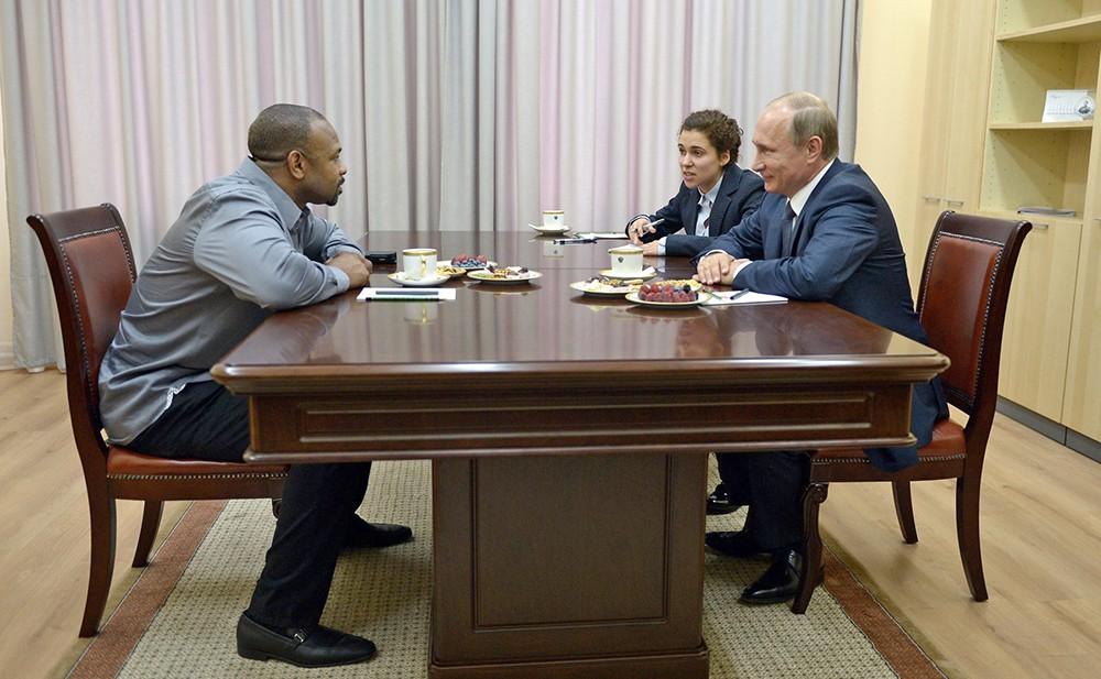 Президент России Владимир Путин и американский боксёр Рой Джонс