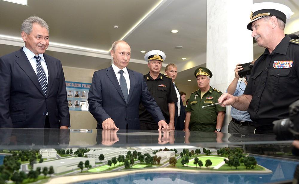 Президент России Владимир Путин и министр обороны РФ Сергей Шойгу во время посещения Севастопольского президентского кадетского училища