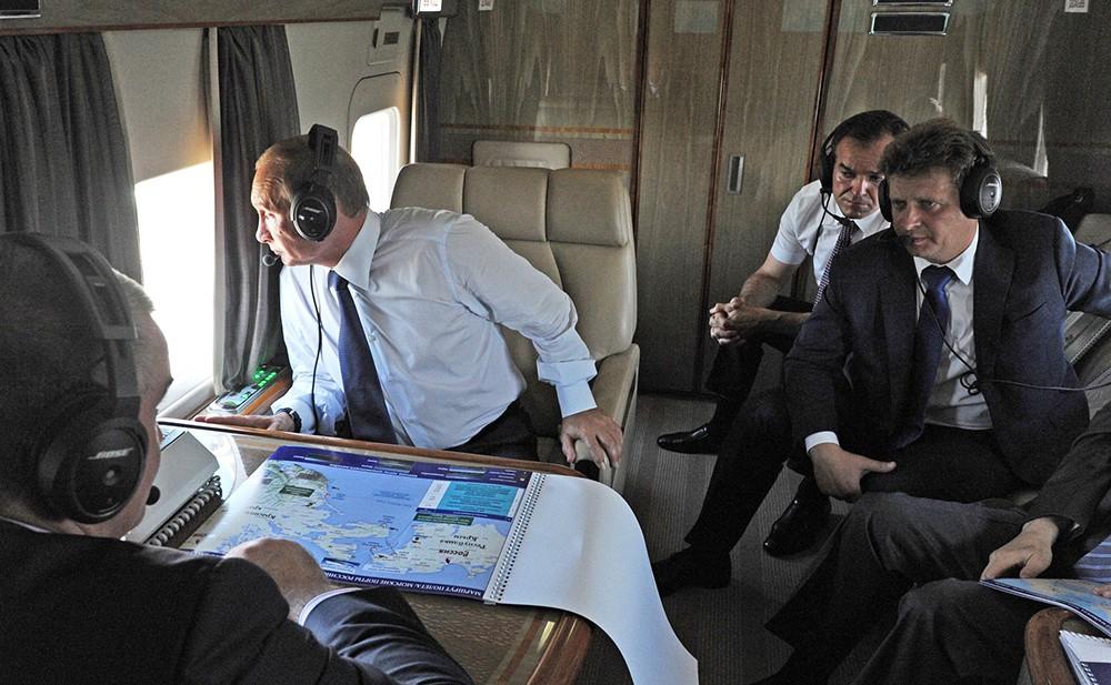 Президент РФ Владимир Путин в салоне вертолета